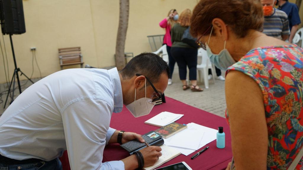 Alexis López Vidal firmando ejemplares de «El filo mellado».
